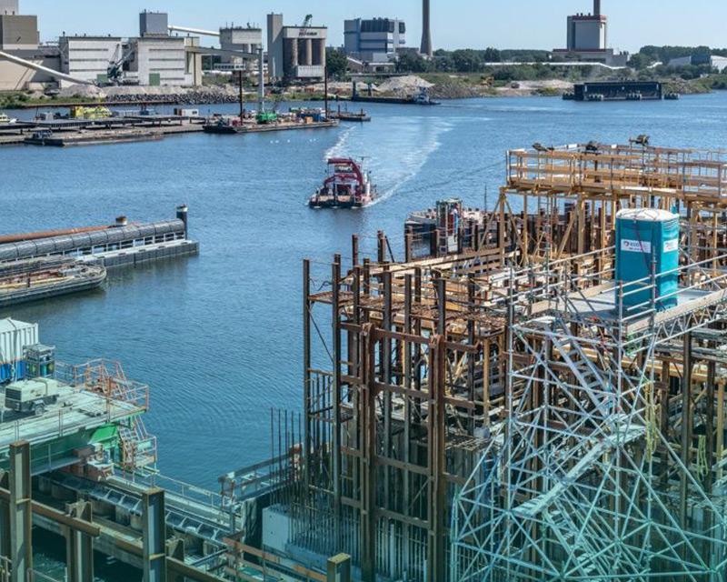 ECO toilet op de steiger bij de grootste zeesluis ter wereld in IJmuiden met op de achtergrond Tata Steel