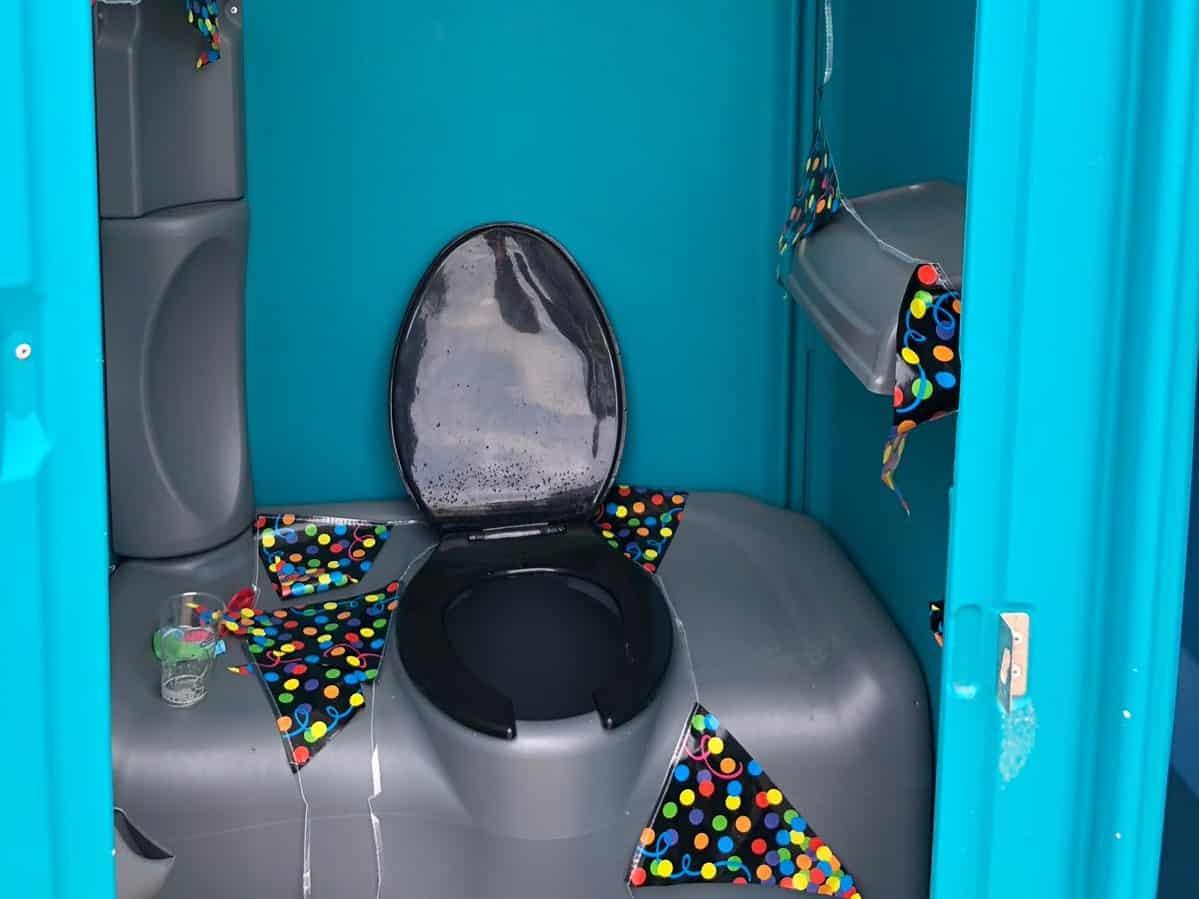 ECO toilet binnenkant versierd met slingers